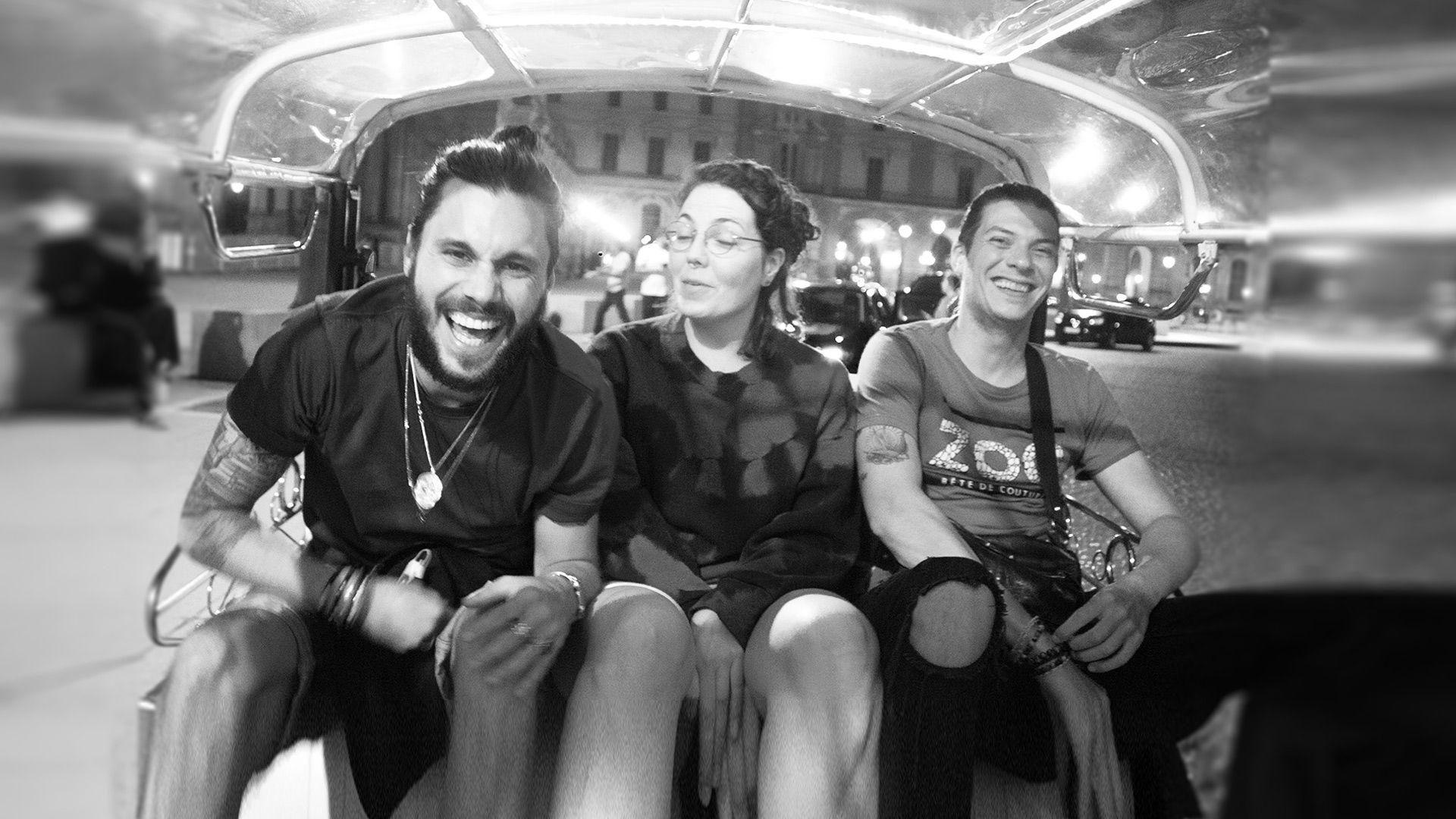 Clients heureux dans le tuktuk