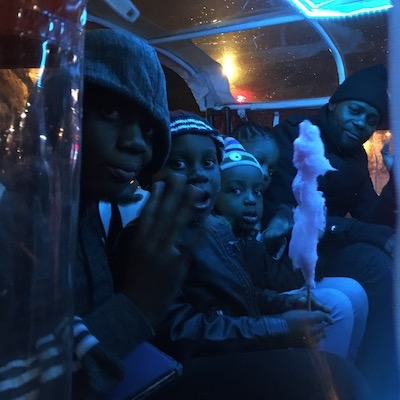 Famille heureuse dans notre tuktuk la nuit
